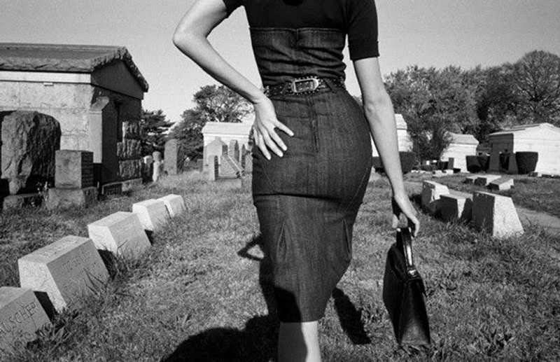 Mujer caminando en un cementerio de Queens