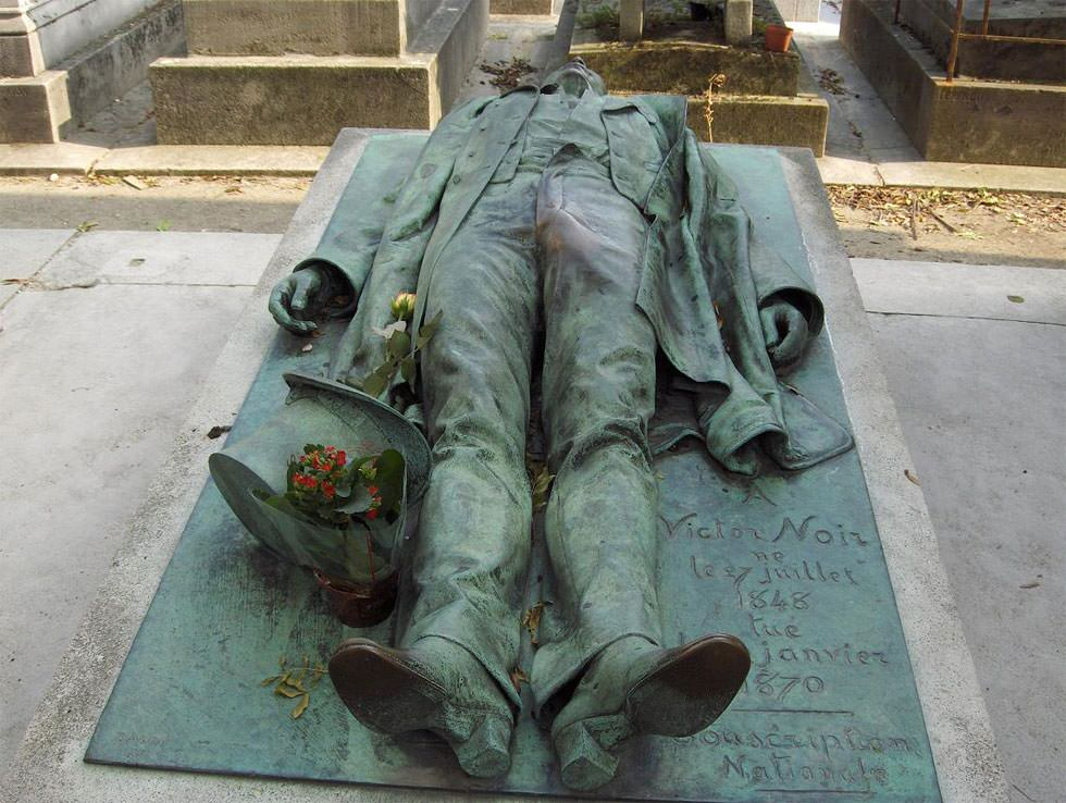En la tumba de Victor Noir
