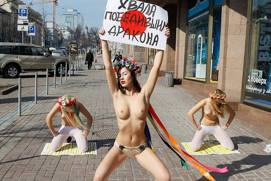 Feministas ucranianas apoyando a Japón