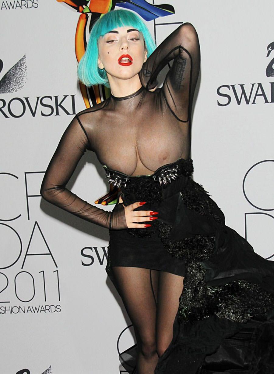Las tetas de Lady Gaga al descubierto