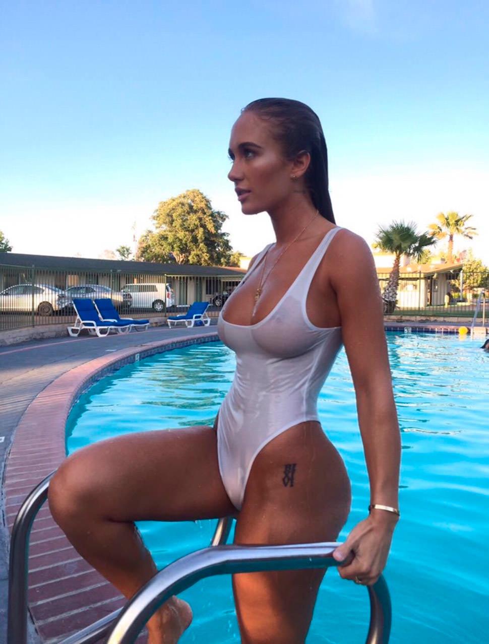 Niykee Heaton saliendo de la piscina