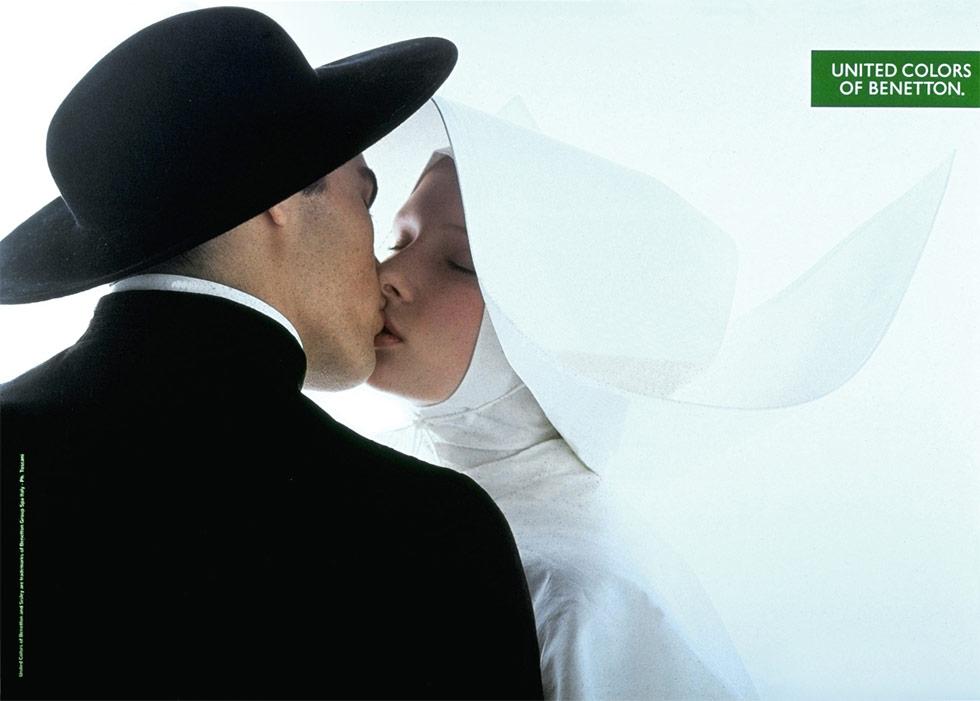 Monja besando en los labios a un sacerdote