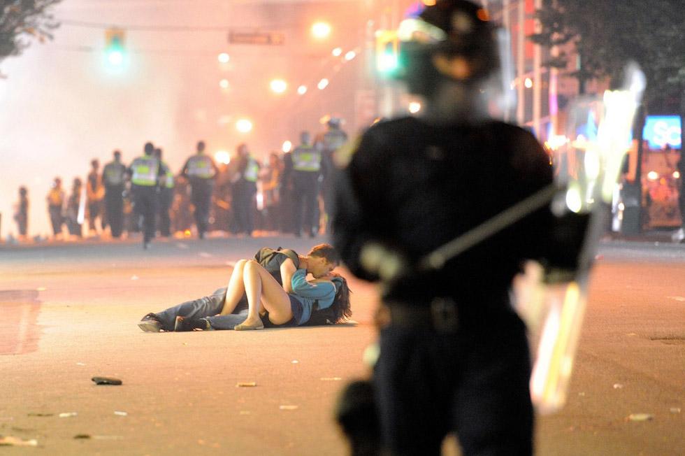 Un apasionado beso entre violencia y destrucción