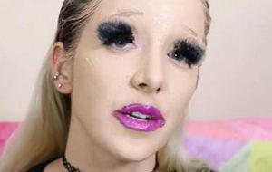 Así quedan 100 capas literales de maquillaje