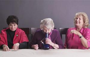 La reacción de tres abuelas fumando marihuana por primera vez