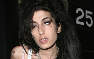 Amy Winehouse golpea a un fan en un concierto
