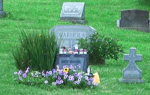Mearse en la tumba de Andy Warhol en riguroso directo