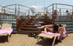 Melanie Memphis y su compatriota Aliz montan una orgía en un barco