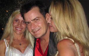Charlie Sheen se lo monta con tres pornstars