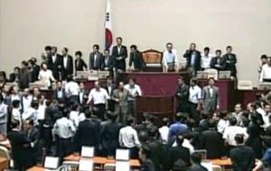 Corea del Sur aprueba su nueva ley de medios entre gritos y hostias a mansalva