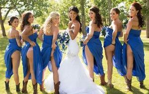 Nueva moda entre damas de honor: el culo al aire