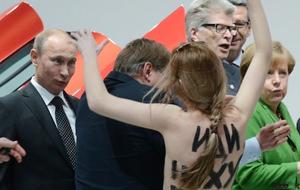 FEMEN se desnuda ante Putin y Angela Merkel