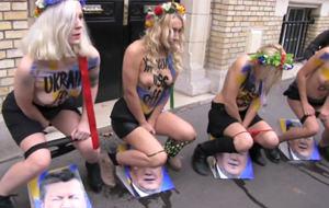 FEMEN se mea en el presidente de Ucrania