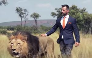 Kevin Richardson juega al fútbol con leones
