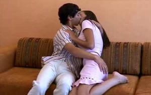 Una pareja de jovenes follando en el sofá
