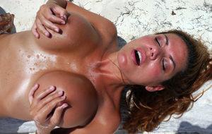 El porno amateur de Julia Hot, la felatriz playera
