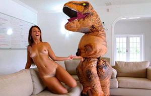 Cuando Kelsi despertó, el dinosauro todavía estaba allí