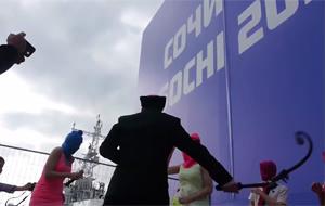 Policías de Sochi, a latigazos con Pussy Riot