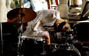 Lily LaBeau toca la batería con la cabeza
