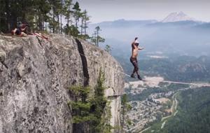 En la cuerda floja y a 300 metros de altura