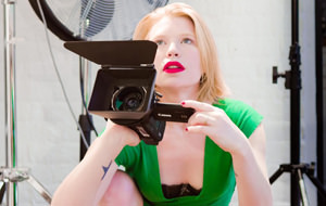 Madison Young da clases de dirección porno