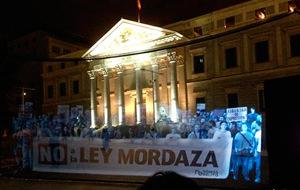 Manifestación holográfica contra la Ley Mordaza