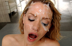 Llueve lefa sobre la cara de Mia Malkova