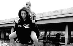 Mischka añade pistolas a las actrices porno