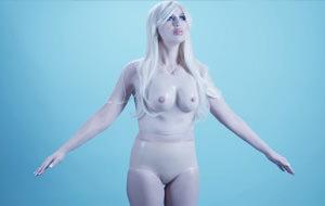 Mujer convertida en muñeca hinchable