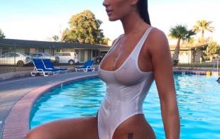 La voluptuosa Niykee Heaton saliendo de la piscina