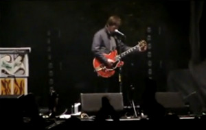 Noel Gallagher atacado durante un concierto