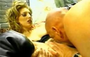 Version completa del vídeo de un hombre penetrando una vagina con su cabeza