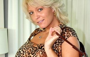 Porno con maduras: Charlee Chase, otra mamá que sabe cómo chuparla