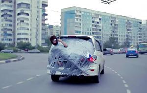 Mientras tanto en Rusia: un coche y cinta adhesiva