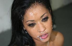 Un bukkake sobre el rostro de Skin Diamond