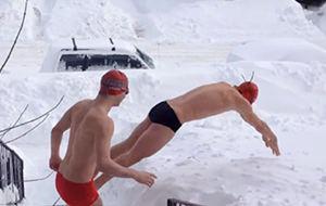 La nada fácil natación sobre nieve