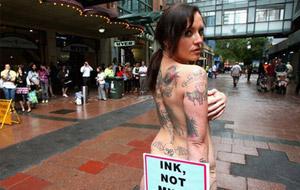 Tatuajes y curvas contra las pieles de visón