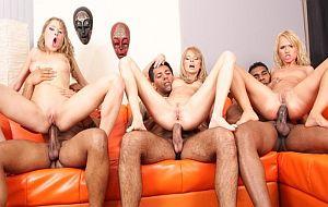 Wiska y dos amigas montan una orgía anal